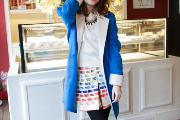 【日穿搭】亮眼早春。寶藍羊毛大衣x藍寶石毛衣x彩虹繽紛短裙