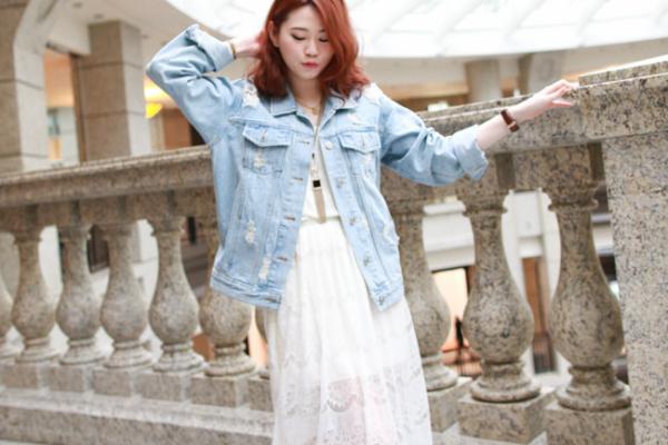 【日穿搭】早春感的甜美休閒,牛仔外套x蕾絲長洋裝x豹紋馬毛休閒鞋