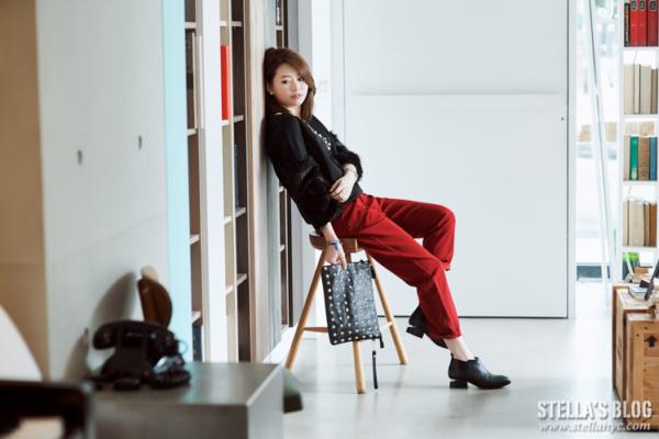 【日穿搭】暖感毛毛袖設計上衣+歐美感打摺紅褲,低調的時尚小奢華