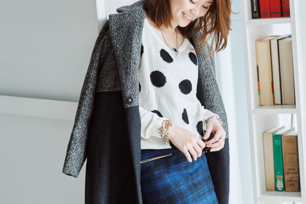 【日穿搭】點點毛衣x藍格紋窄裙x拼接長版大衣,花俏中的巧妙平衡感