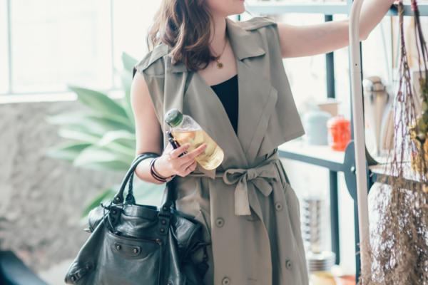 【日穿搭】搭配好幫手►軍綠風衣背心,當洋裝穿展現優雅的都會俐落