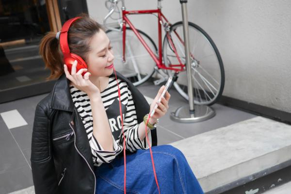 【3C】讓穿搭更有自我本色的高音質時尚耳機。Sony h.ear 耳罩式耳機(MDR-100AAP)-丹橙紅