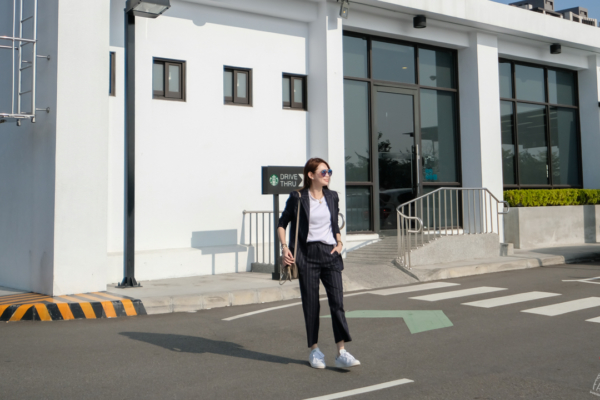 【日穿搭】俐落帥氣女孩:韓國設計師品牌Ryul+wai:直條紋套裝+EMODA開衩袖白T