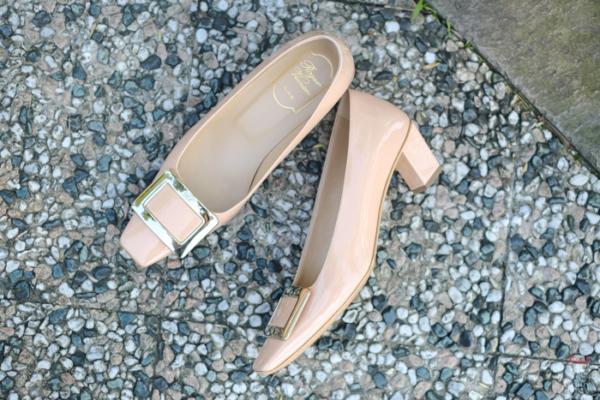 【RV鞋開箱】優雅好搭的Roger Vivier高跟鞋:裸粉香檳框方頭45mm(Décolleté Belle Vivier patent leather pumps-NUDE)