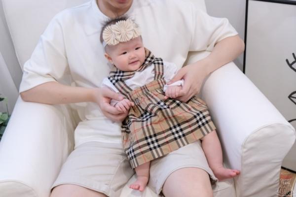 【購物開箱】時尚哈寶穿搭⎥Burberry Baby包屁衣吊帶裙組+格紋鋪棉外套